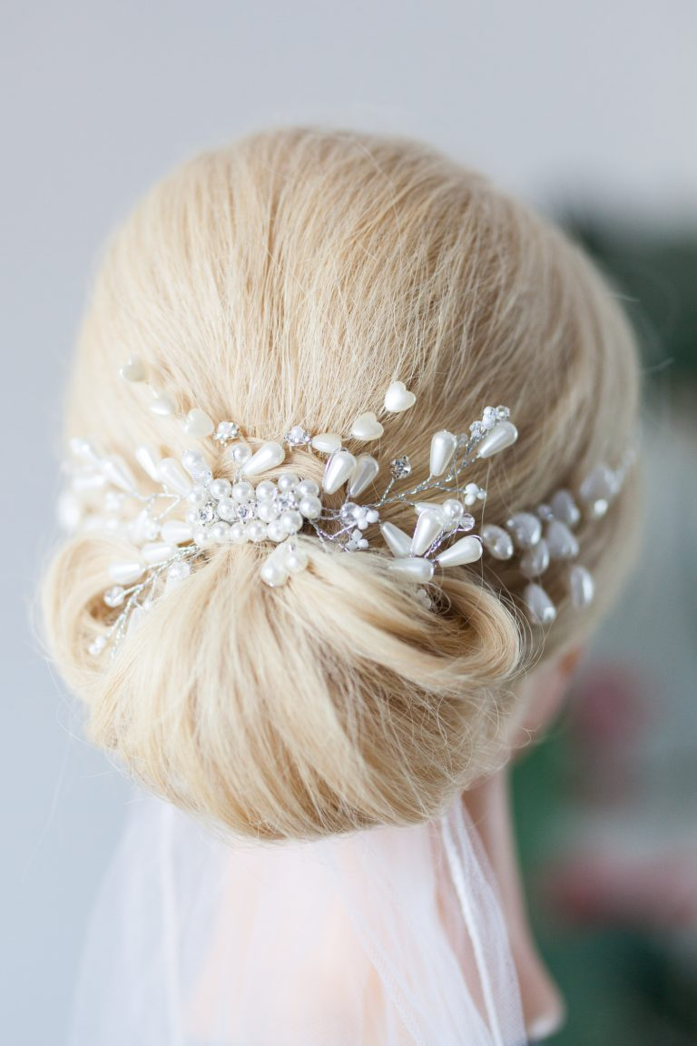 blonde Haare klassische Brautfrisur mit Schleier und Perlenschmuck