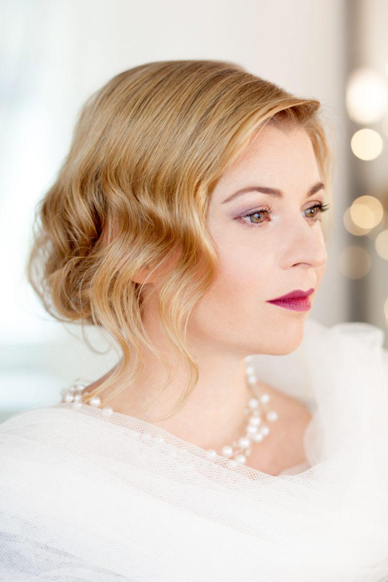 blonde Braut mit roten Lippen und klassisches Styling