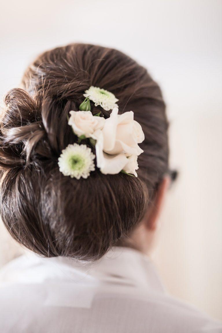 braune Haare klassischer Brautfrisur weiße Rosen